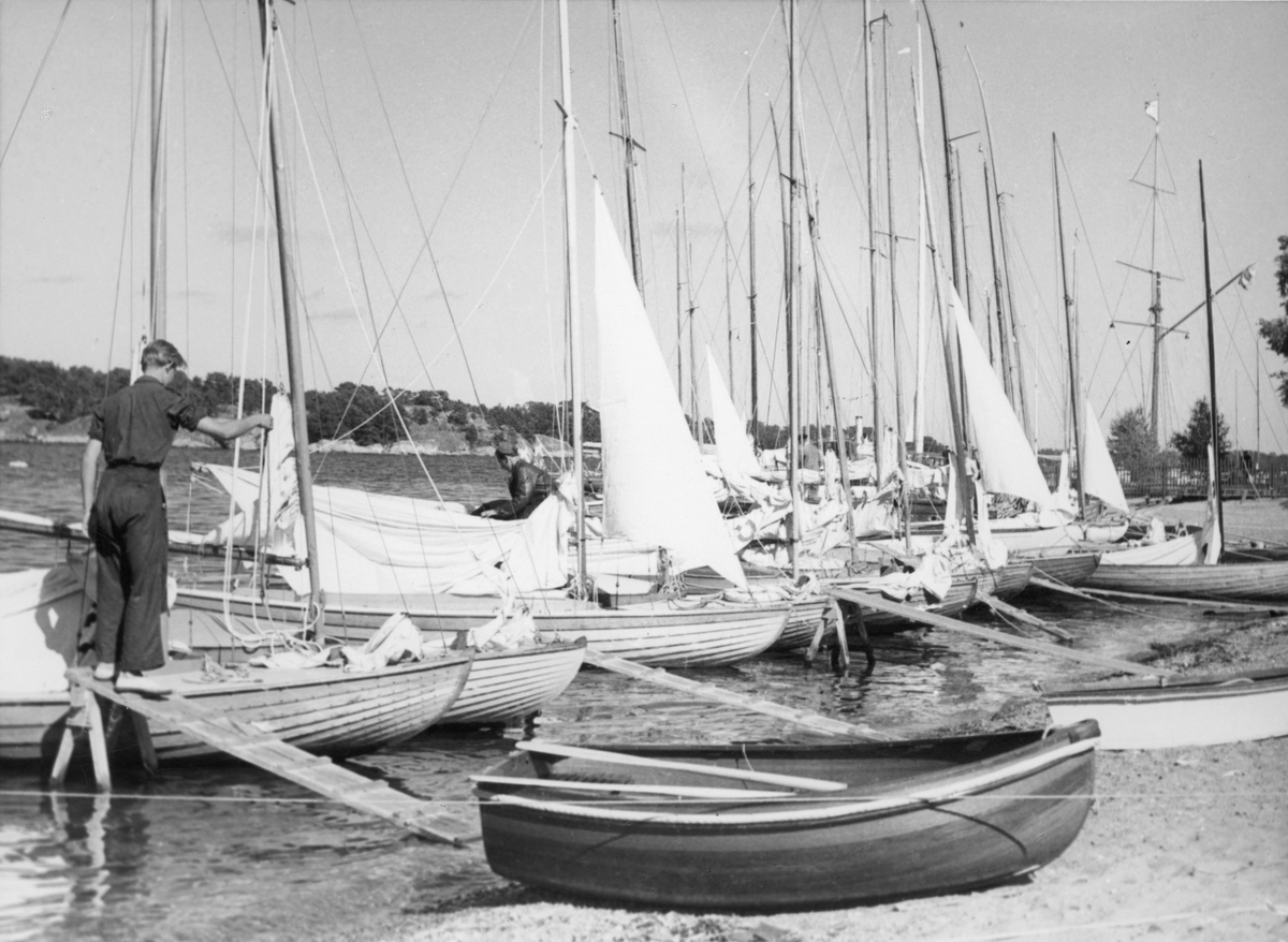 Övrigt: Från Juniorernas Sandhamnsregatta 1944, Sandhamn; dessa seglingar ägde rum 28-30 juli. Fotografiet återgivet i KSSS årsbok 1945 s 158 och i Till Rors årg. X (1944) nr 7 s 264.