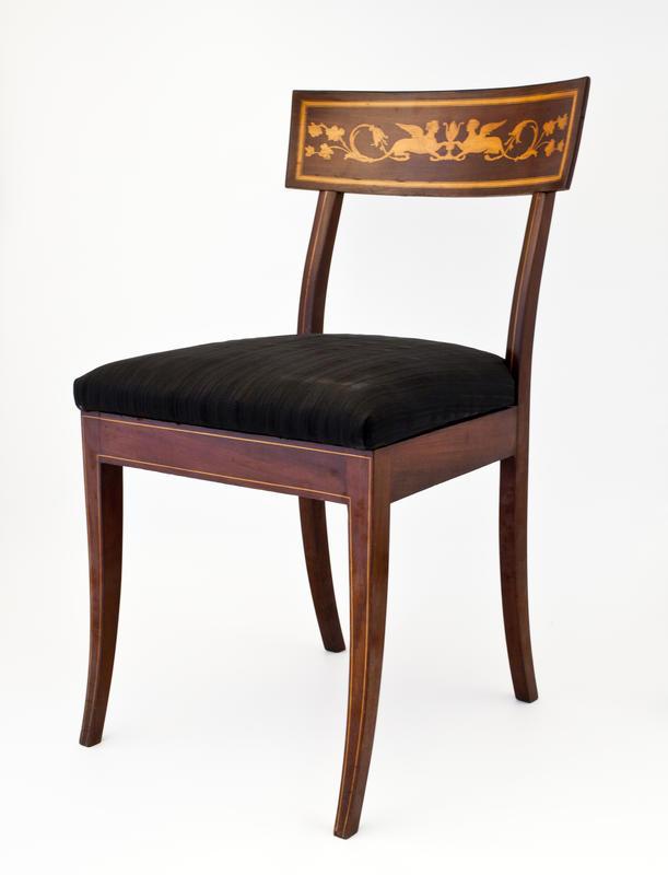 Nyklassisistisk stol av mahogny med sfinksmotiv i intarsia (Foto/Photo)