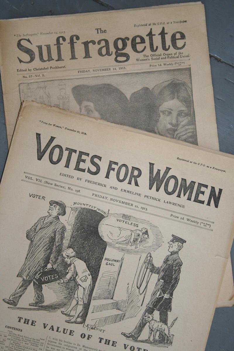 Bilde av forsiden på to stemmerettspublikasjoner fra Storbritannia: The Suffragette og Votes for Women