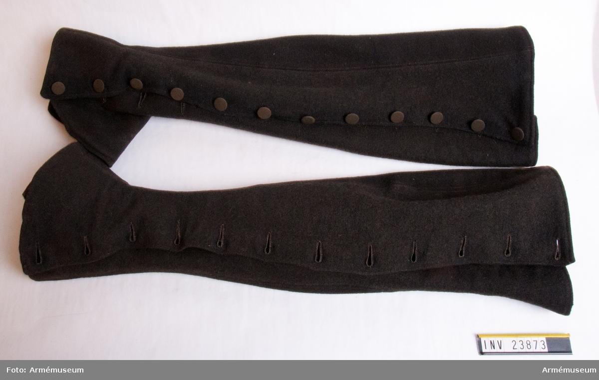 Grupp C I. Uniform för underofficer vid Södermanlands regemente 1765-79. Består av rock, väst, knäbyxor, grenadjärmössa, skor, handskar, damasker, mässingsspänne, skjorta. Damaskerna är ett köp år 1884. PUBL  AMV Medd X, s 68.
