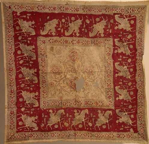 Stilisert blomsterbord, ryttere, bredt rødt felt med ryttere i hvit