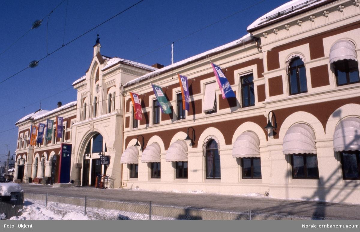 Hamar stasjonsbygning med bannere under OL i 1994