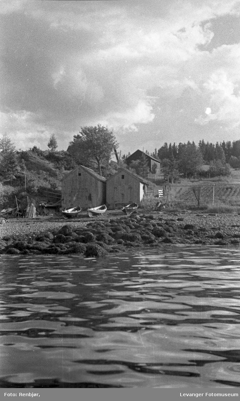 Levangersundet. Båter, badeliv og hus.