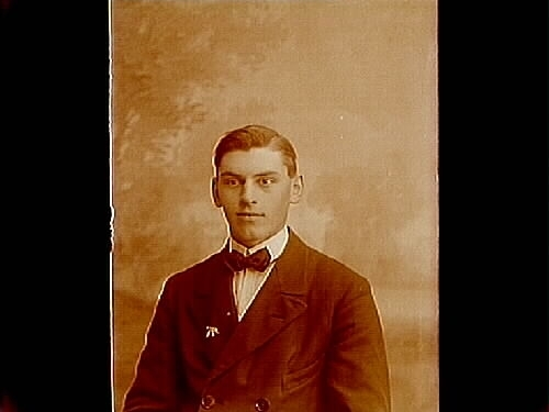 En man, bröstbild.Martin Pettersson Martin (född 30 sep 1901) jobbade som byggnadssnickare och byggde deras första bostadshus 1935 i Odensbacken på Östra vägen (Talby 3:21). 1941 byggdes han deras andra bostad med affärsverksamhet på Örebrovägen (Talby 2:64).  Han hjälpte1969-70 en av sina döttrar och svärson att bygga en villa på Norra Kanalvägen.