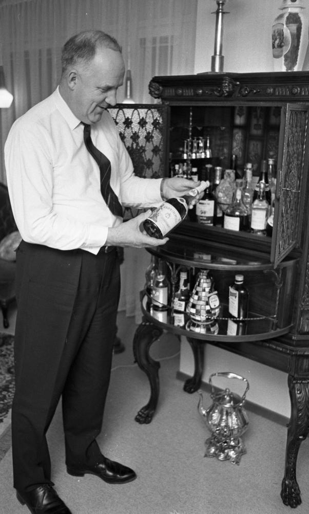 Farbror Sol Gösta Andersson 24 januari 1966Porträtt av äldre man som poserar med flaska med förmodat alkholhaltig dryck.
