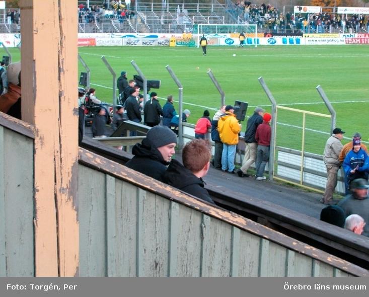 Dokumentation av verksamheten runt gamla läktaren på Eyravallen, rivning och uppbyggnad av ny läktare.Fotbollsmatch.