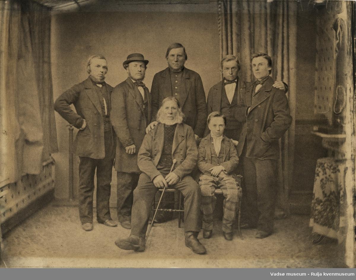 Portrettbilde av far med sønner, ca. 1860-1865.