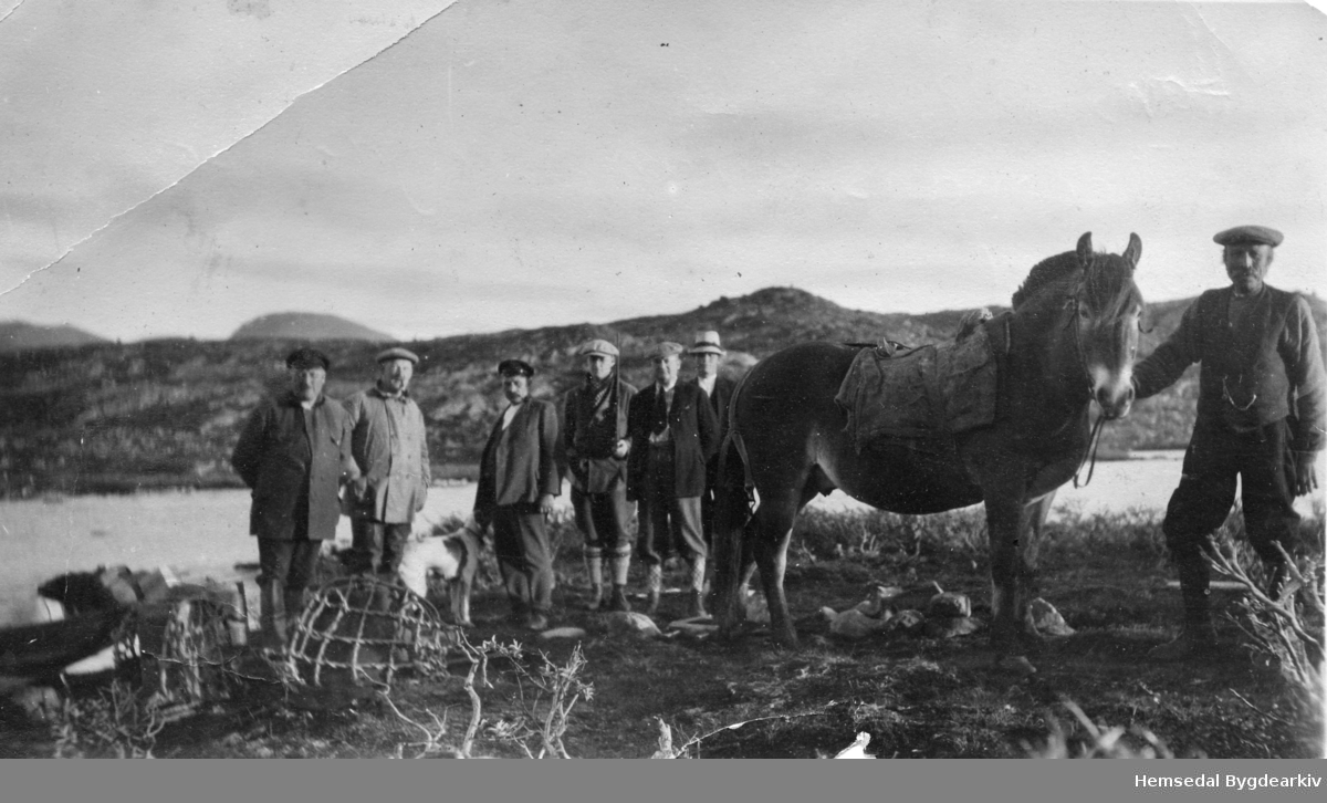 Hans O. Lien, fødd 1876, med hesten - elles byfolk (jegerar) ved Flævatnet i Hemsedal i 1930-åra.