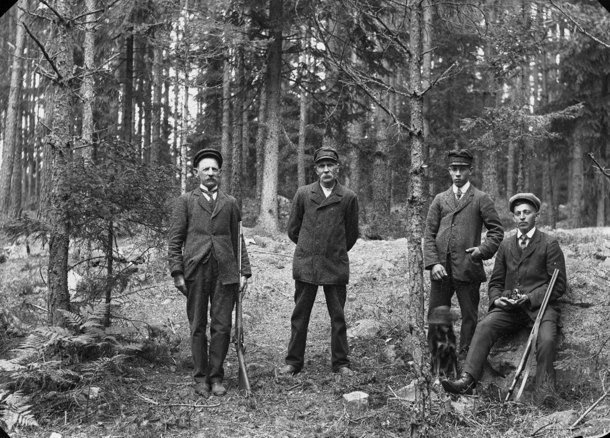 Fyra jägare och en hund.