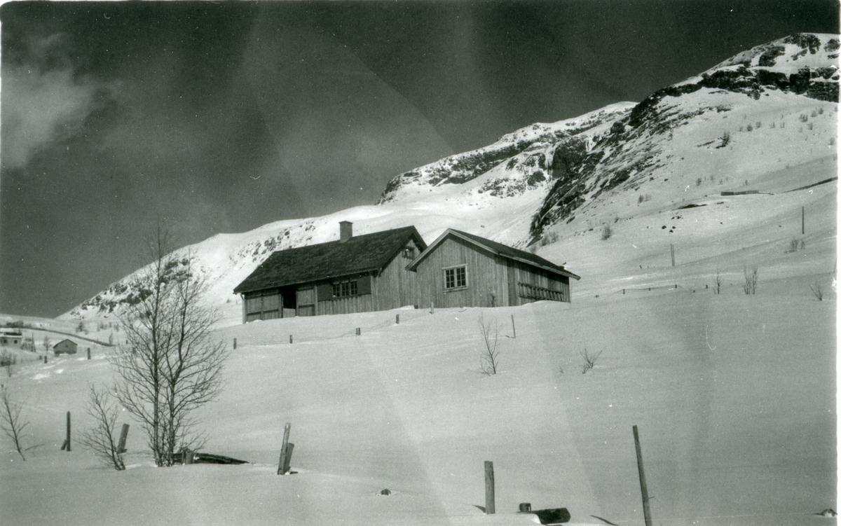 En hytte i fjellheimen en solskinnsdag.