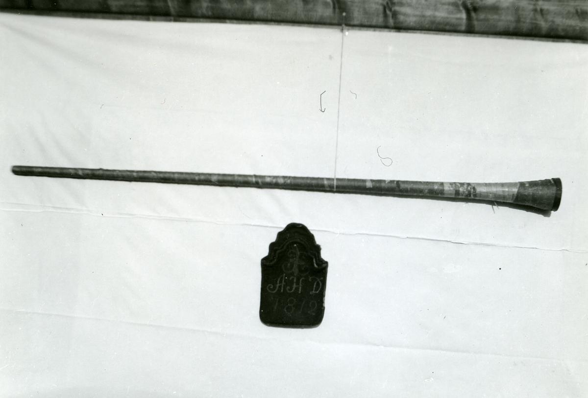 En langlur fra Nord-Aurdal og en beltetaske eller saltlumme, denne også fra Nord-Aurdal.