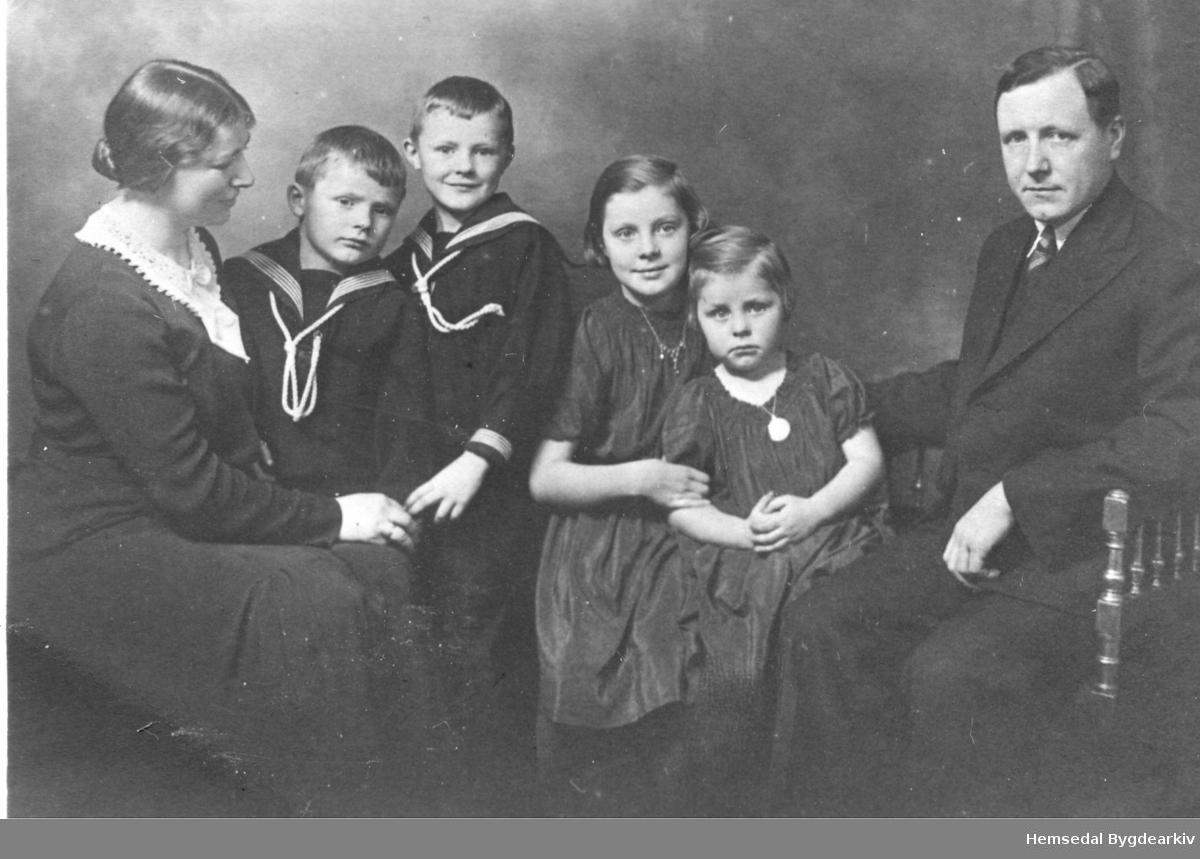 Familien Rudvin. Frå venstre: Elise, fødd Holmstøl i 1899; Arne, fødd 1929; Knut, fødd 1927; Ragnhild, fødd 1926; Kari, fødd 1931 og Ola Rudvin, fødd 1899