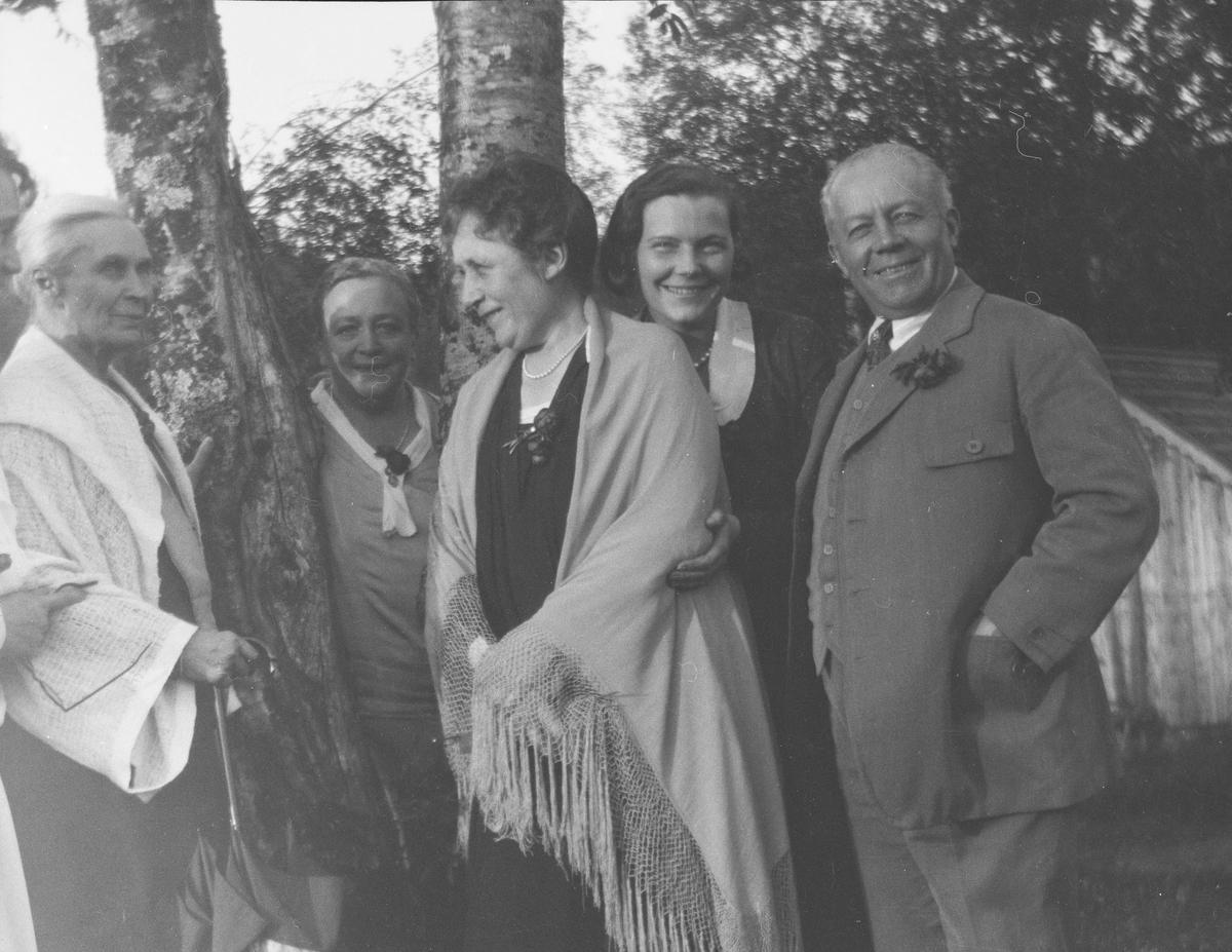 Fra venstre: en uidentifisert mann, Anna Mathiesen, Elise Frölich f. Mathiesen, Marie Gleditsch, uidentifisert kvinne, Christian Pierre Mathiesen.
