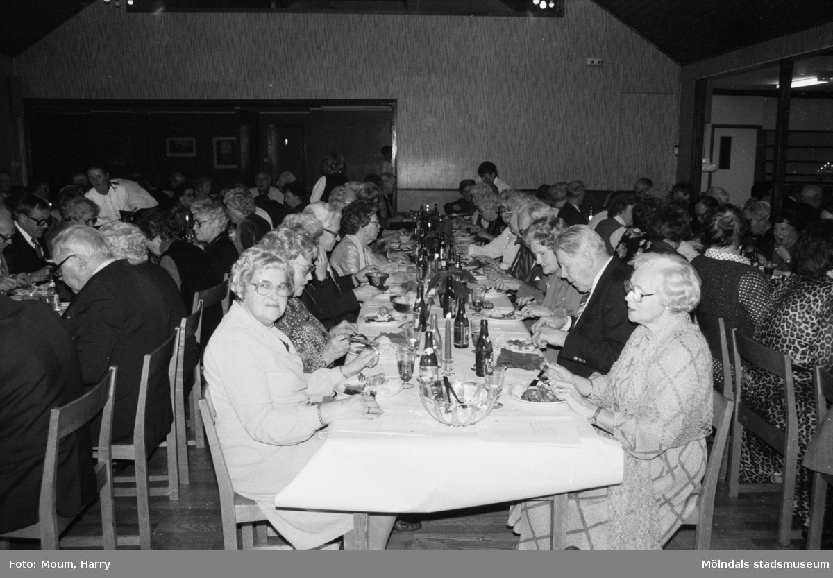 Pensionärsföreningen Lindome PRO firar 10-årsjubileum på Hällesåkersgården i Lindome, år 1983.  För mer information om bilden se under tilläggsinformation.