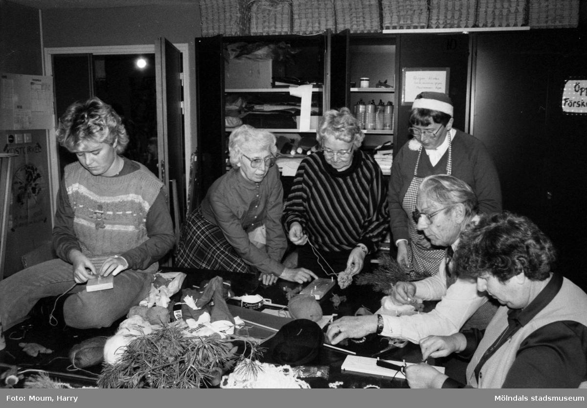 Familjedag med julförberedelser på Almåsgården i Lindome, år 1983.  För mer information om bilden se under tilläggsinformation.