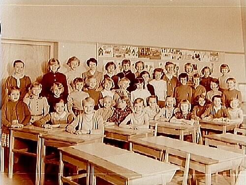Vasaskolan, klassrumsinteriör, 35 flickor med lärarinna fröken Sonja Johansson, klass 4f, sal 15.