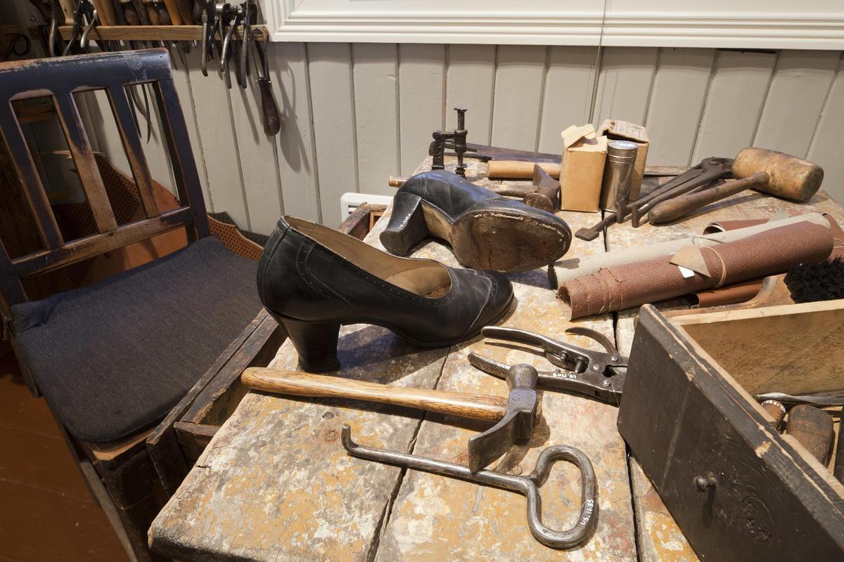 Forskjellige skomakerverktøy og et par damesko på et bord (Foto/Photo)