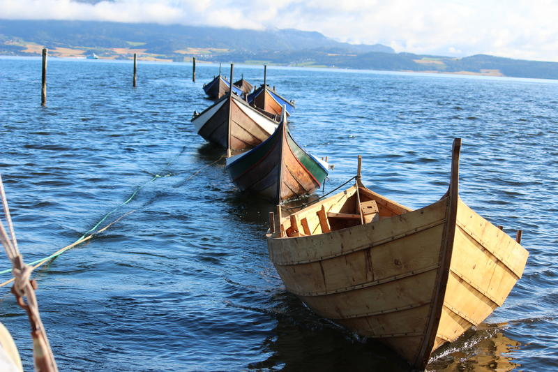 """I 2017 er færøybåten """"Årets båt"""".  Færøysik fyremannafar lengst fram i bildet. Bak følger en nordlandsbåt og åfjordsbåter."""