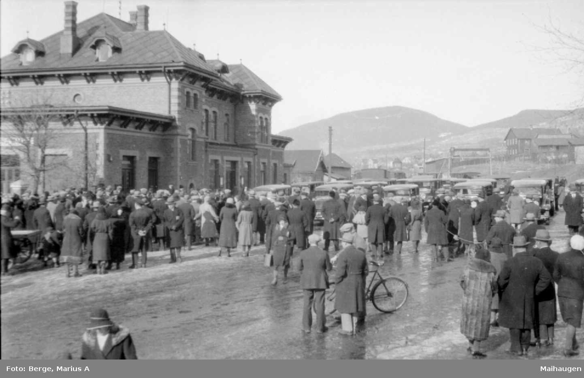 Lillehammer Stasjon, mye folk og biler foran stasjonen, 1930-åra