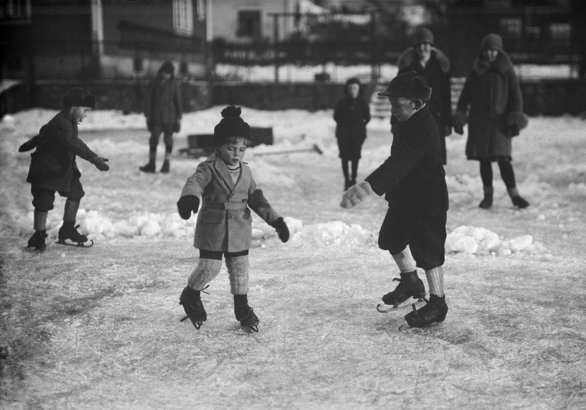 Skøyteløp på lekeplassen i Kvartal Y. Barn på skøyter.