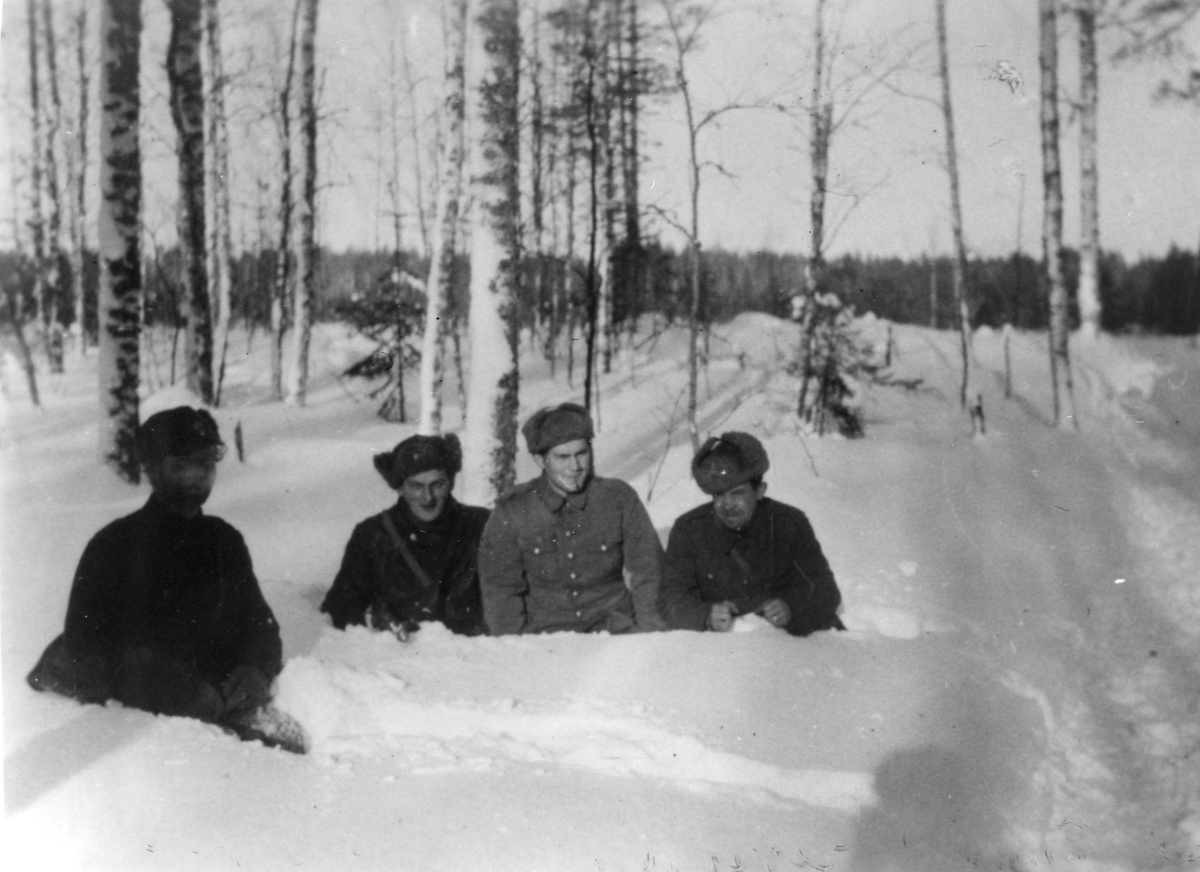 Finlandsfrivilliga. Persson, menig. Sergeanterna Axen, Grahn, Johansson