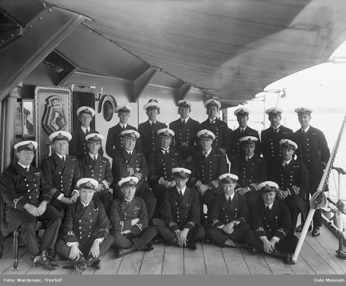 britisk krysser HMS Caledon, skipsdekk, gruppe, menn, marineoffiserer, sittende og stående helfigur, uniformer