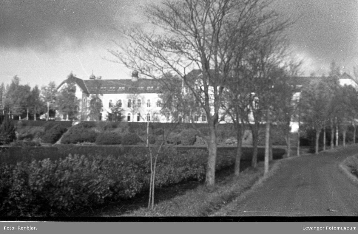 Levangermotiv fra 1930-tallet. Røstad skole.