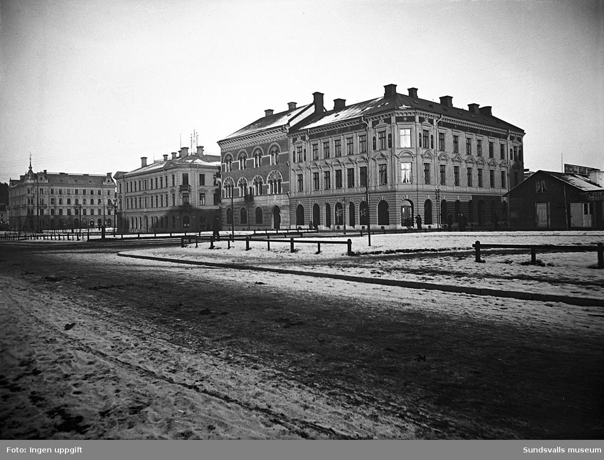 Esplanaden med nybyggda fastigheter. Provisorisk träbyggnad från efter branden ses till höger vid Trädgårdsgatan.