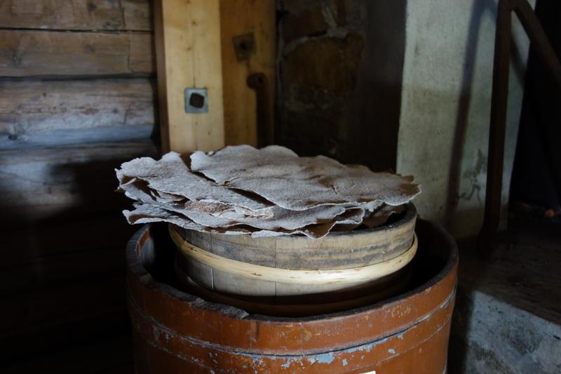 Hjemmebakt flatbrød plassert oppå en tønne
