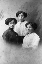 Søstrene Karlsen Dypvik fra Djupvik på Dyrøya. 1913