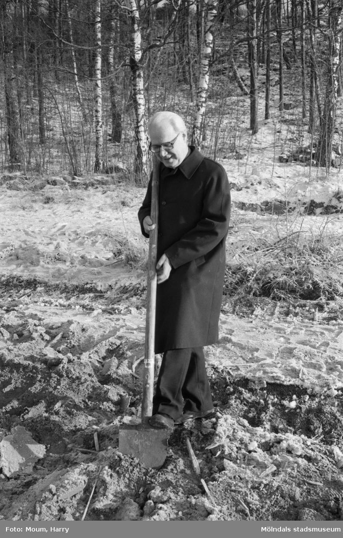 """Första spadtaget till Fågelbergskyrkan i Rävekärr tas, år 1984. """"Kyrkoherde Olof Dotevall tar första spadtaget med samma spade som användes när Fässbergs kyrka byggdes år 1888.""""  För mer information om bilden se under tilläggsinformation."""