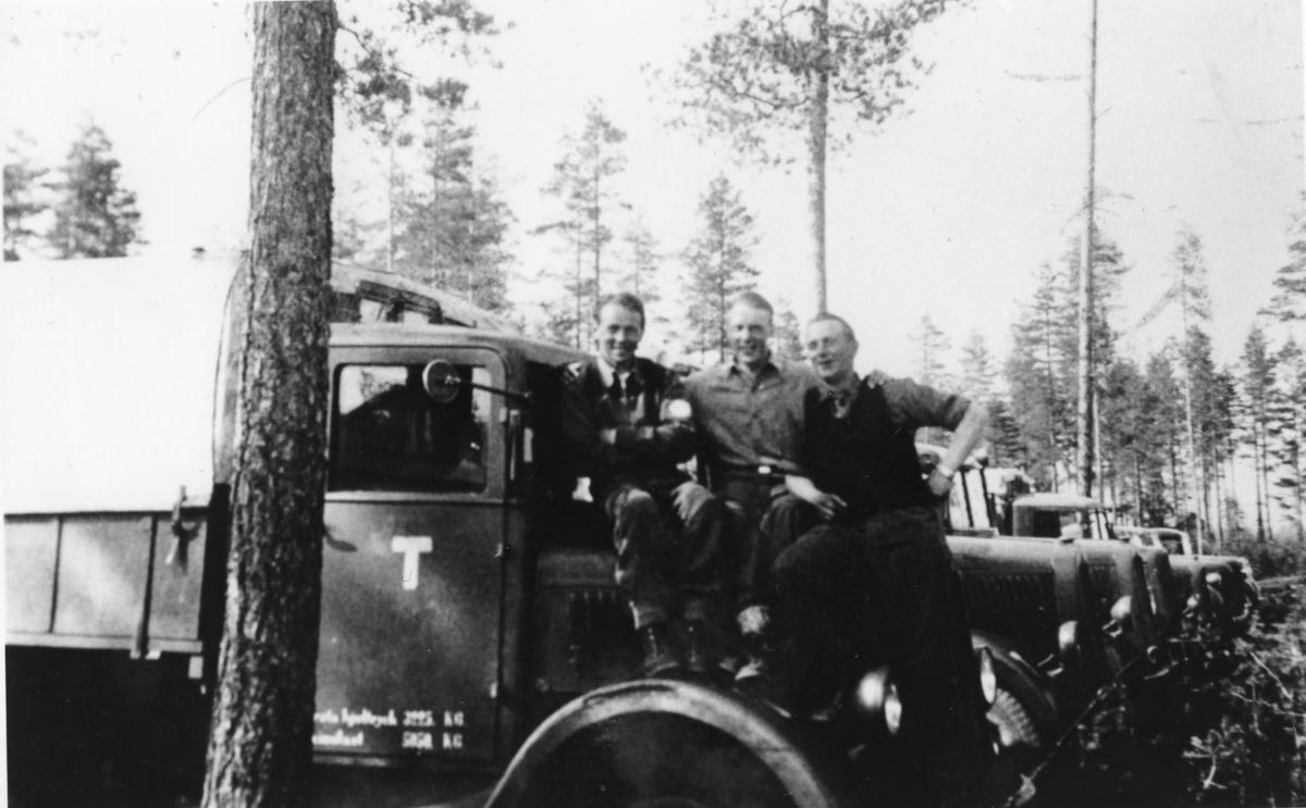 Finlandsfrivilliga framför lastbilar.