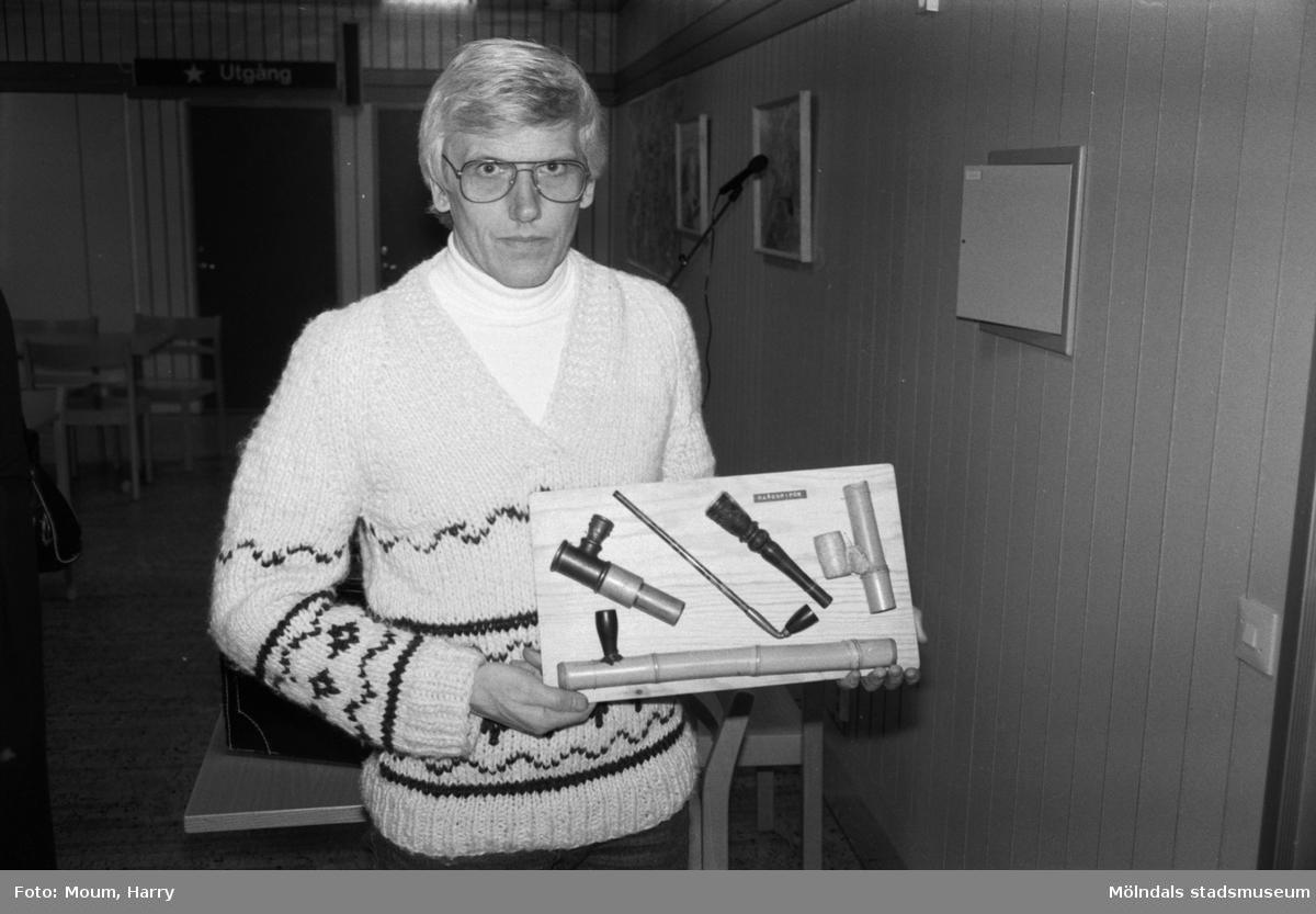 """Information om narkotika i Kållered, år 1984. """"Rolf Winnerholm från mölndalspolisen visar typiska haschpipor. Uppfinningsrikedomen är stor. Det visar beslagen.""""  För mer information om bilden se under tilläggsinformation."""