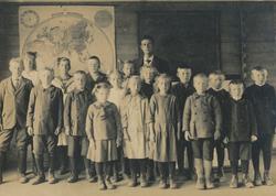 Elevane frå Tjåland og Kartevoll skulekretsar i 1922. Lærar