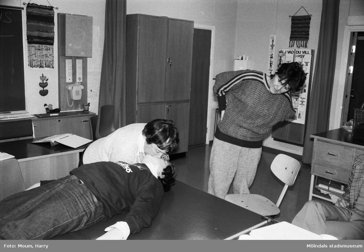 Kållereds Röda Kors arrangerar livräddningskurs i Hallenskolan, Kållered, år 1984.  För mer information om bilden se under tilläggsinformation.