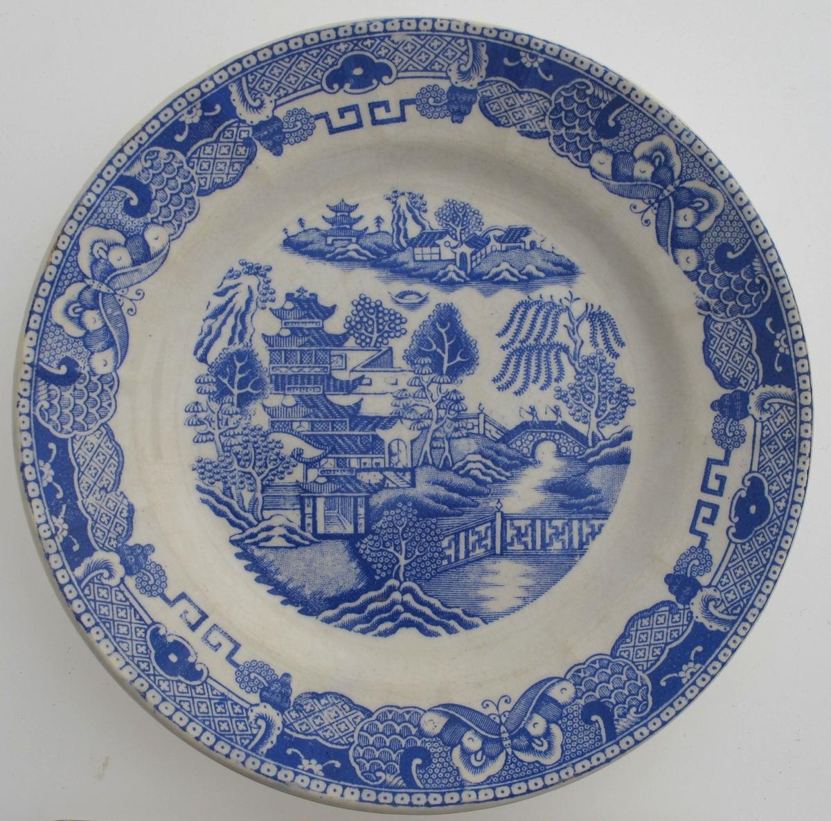 Deler av  kaffeservise, mønster   Willow Pattern,  1880 årene,  Egersund Fayencefabrik. Stemplet. (type 1880-88).    Stentøy,  hvitt med blå påtrykt dekor, dels gullkant.   AAM.1205l-53. Asjetter, 3 stk.   AAM.12054-58 3 kopper med 5 skåler.  AAM.12059. Fløtemugge.