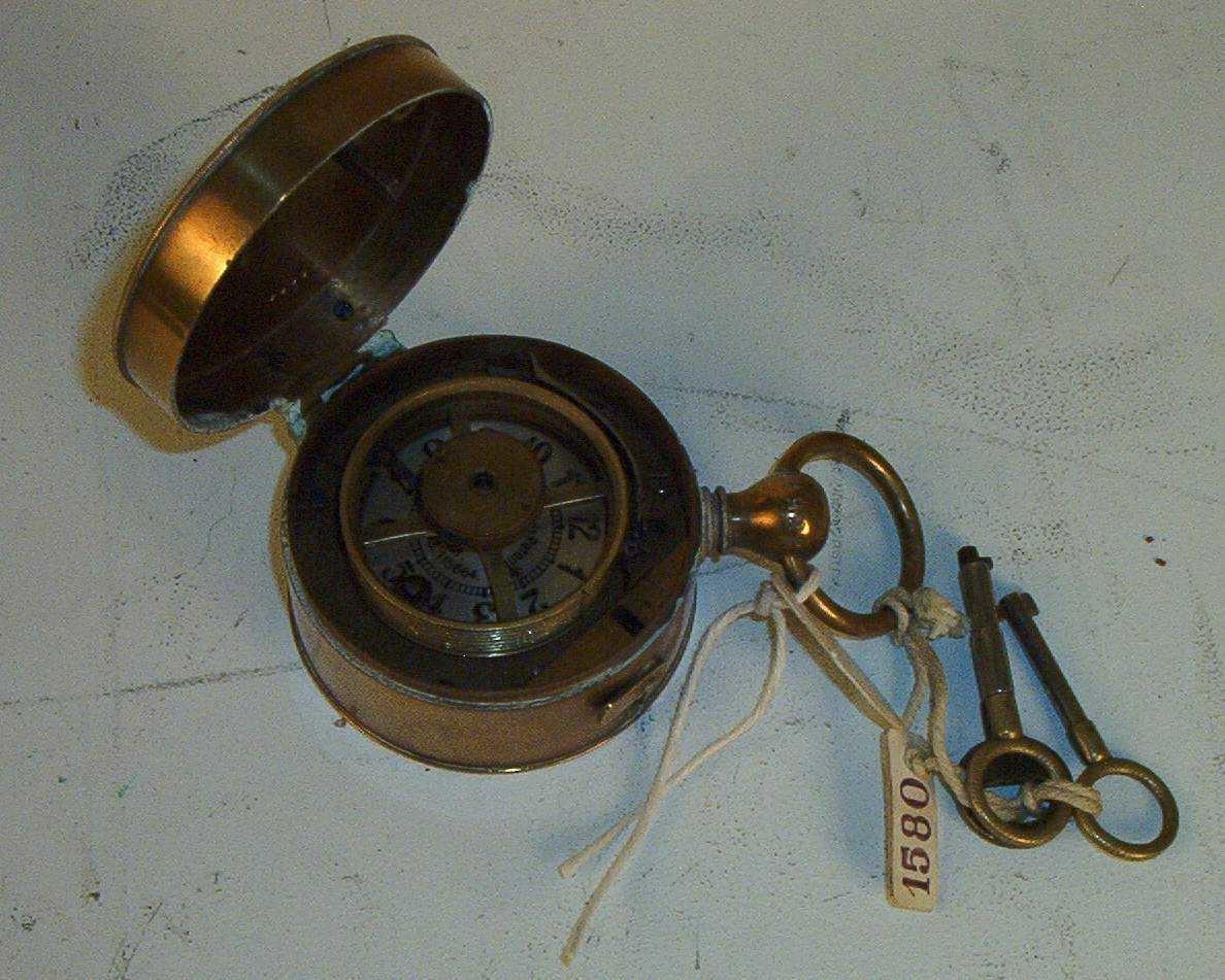 Uret har hempe, bærering og 3 nøkler: 1 kontrollnøkkel mrk. Bürk, 1 nøkkel til å åpne lokket og 1 nøkkel til å trekke urverket.  Ved å åpne lokket, blottlegges kontrollmekanismen. Denne består av en tallskive som er inndelt i timer og minutter.  Et dreibart hjul  er plassert på en aksling. Hjulet er forsynt med en pil som kan stilles inn på det ønskede klokkeslett.Om hjulet kan vikles en papirstrimmle som ved bruk av kontrollnøkkelen blir påført hvilke klokkeslett kkontrollen fant sted.