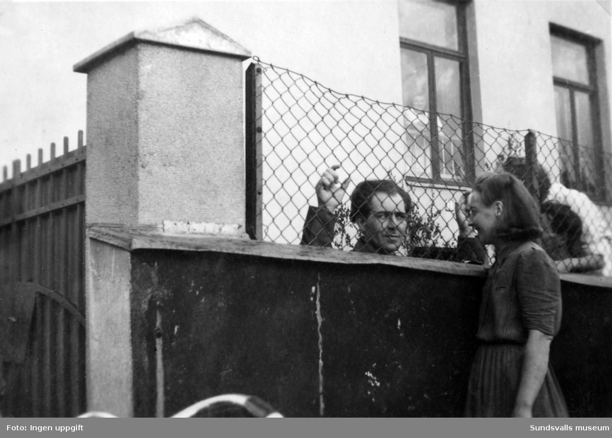 Under åren 1942-1943 härjade en epidemi med scharlakansfeber i Sundsvall. För att stärka upp bristen på vårdplatser inrättades en tillfällig sjukvårdsinrättning i Altinska skolan. Bilderna visar personal, patienter och anhöriga utanför skolan. Fotografierna kommer från ett privat album som ägdes av Asta Bergström og Svedlund (f. 1920 d. 2015) som först anställdes som sjukvårdsbiträde på Altinska skolan och senare forsatte att arbeta på Epidemisjukhuset i Alliero. Asta Bergström ses främst på bild 1 samt flera av de andra bilderna.