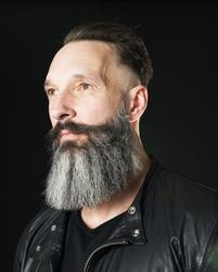Porträtt Christian Persia, skägg, skäggprodukter- skäggborst