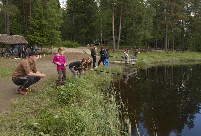 Barn fisker i fiskedammen på Prestøya under Skog og vann 2014