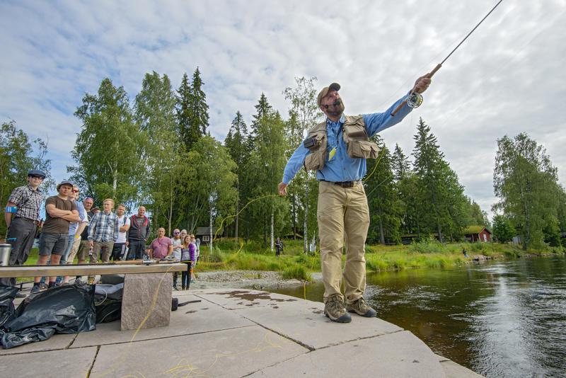 Tore Litlerè Rydgren demonstrerer fluefisketeknikker for publikum i Elveparken under De nordiske jakt- og fiskedager 2015.