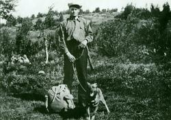 Jakttur Halvor Trandheim med hund og børse.