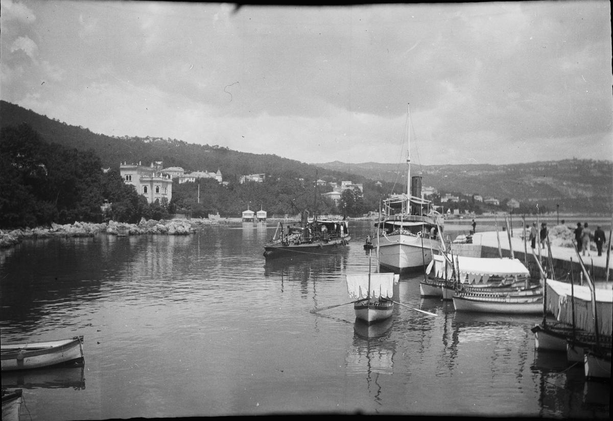 Drottning Victorias bilder. Båthamn. Troligen i Norditalien.