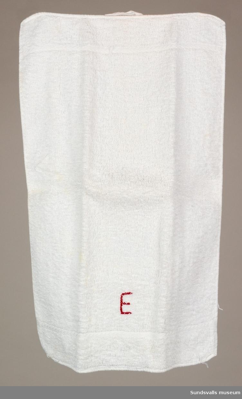 En handduk med ett broderat monogram.