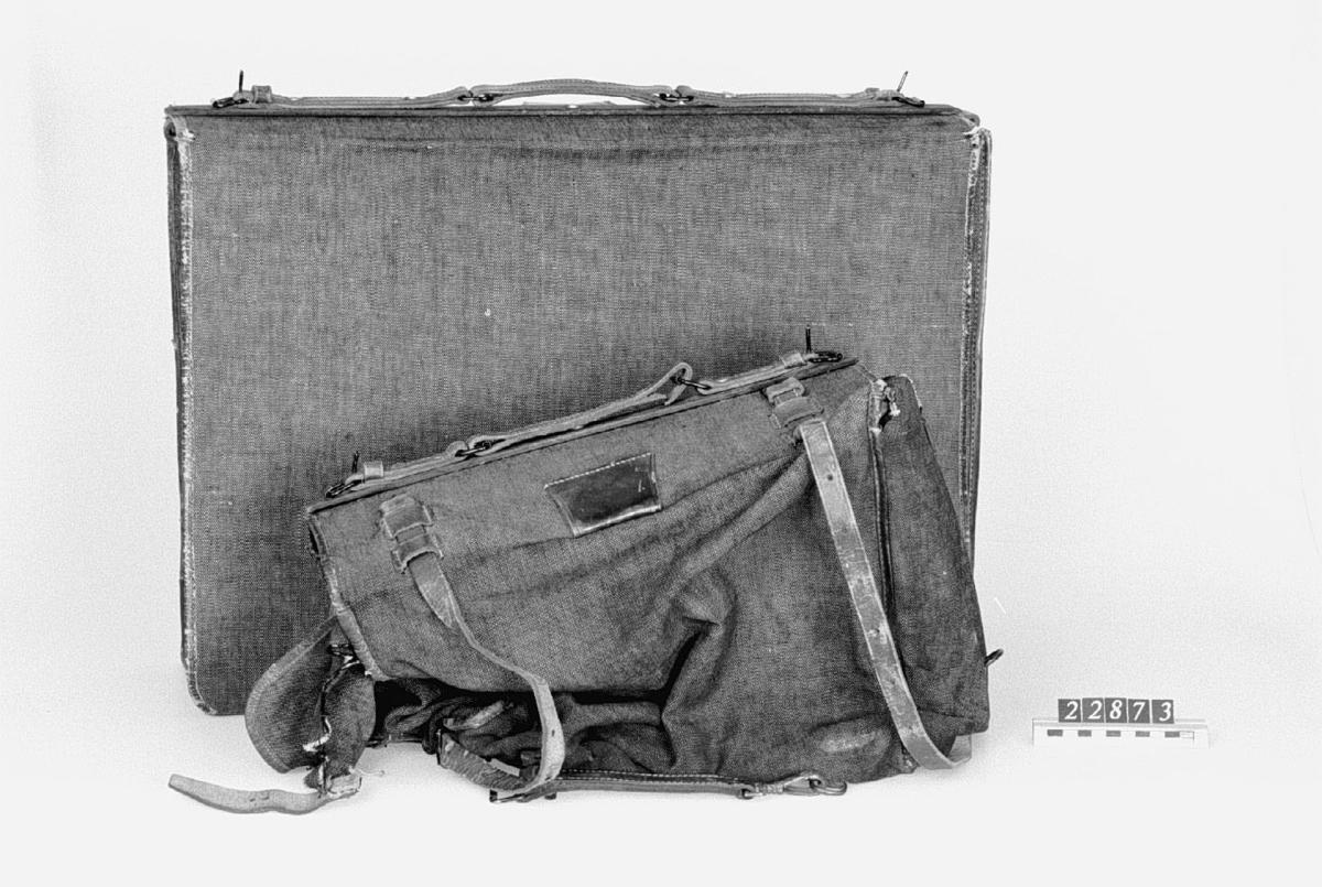 Bälgkamera, av trä, för plåtar, 24 x 30-format. i en stor tygväska Kameran är utrustad med en Thornton-Pickard ridåslutare. Tygväskans längd: 600 mm, bredd: 450 mm, höjd: 180 mm. Ej märkta föremål som låg med kameran: 2 remmar varav en i textil och en i läder samt en gummiblåsa med slang. Optik: Voigtländer & Son, Braunschweig. Eryscope VI nr 5, serie nr 37202. Höjd: 43 mm, diam: 9 mm. förvaras i ett läderfodral 6 st insticksbländare i ett läder fodral  I den mindre väskan som är mycket sliten  finns 5 st träkasetter 24X30 format utan plåtar. Vikt: 7 kg. Mått på väskan: 450x50 mm. 1 st skyddslock för linsfästet. Tillbehör: Lösa delar: kamera, stort objektiv (Euryscop IV, nr. 5, Voigtländer & Sohn, Braunschweig, tillv.-nr 37203) med lock av papp och i fodral av läder: 6 insticksbländare till dito av skinn, 6 dubbelkasetter av trä, 2 väskor av smärting med skinnskodda sömmar.