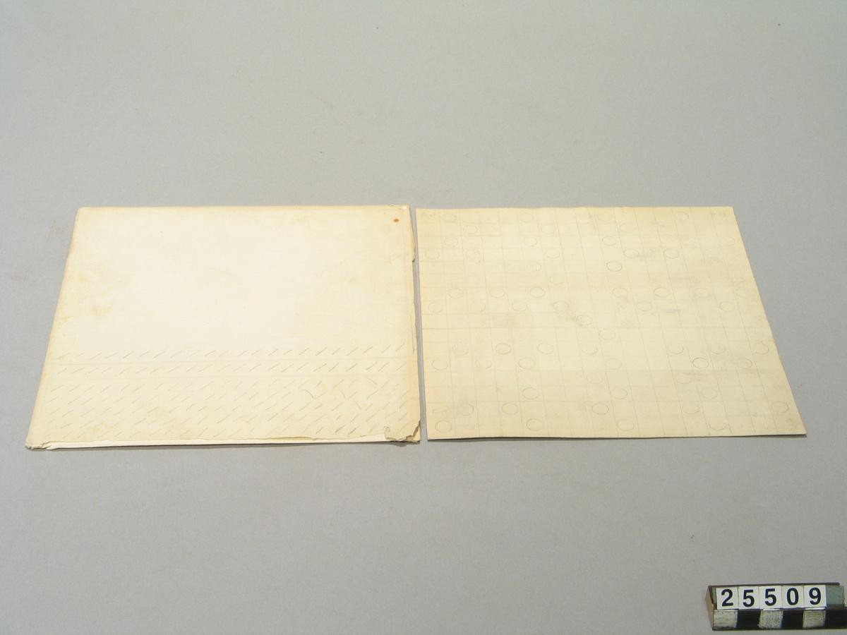 """Skiva för skifferskrift, enligt engelsmannen Flamms metod. Av papp med runda ringar. Omslaget med vattenstämpel """"Van Gelder Pro Patria""""."""