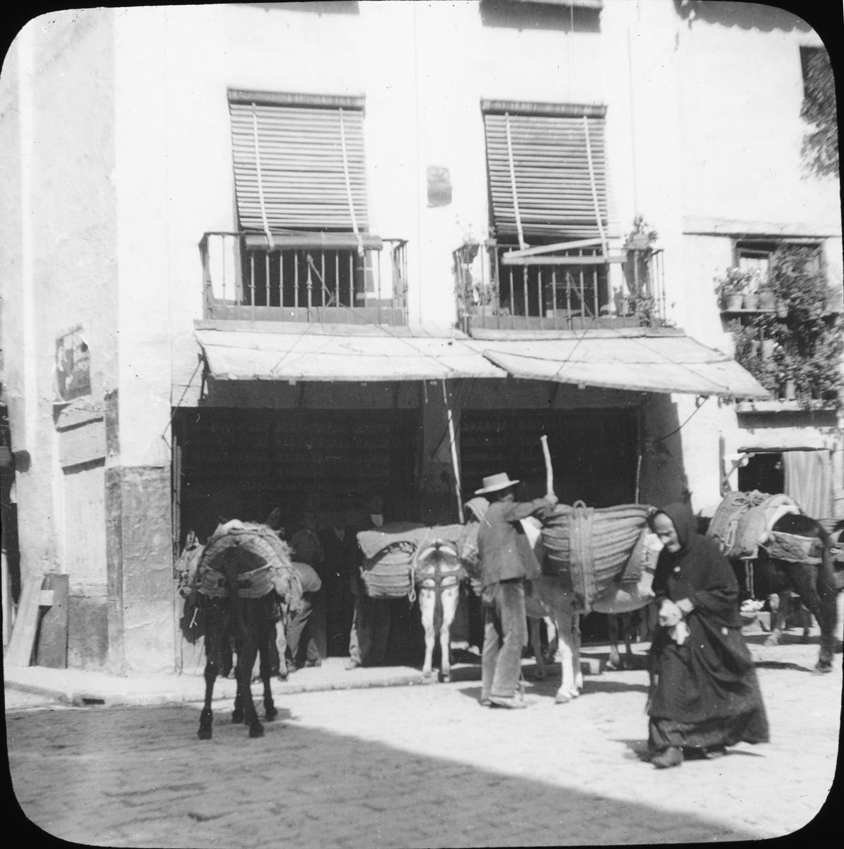 """Skioptikonbild med motiv från gata i stadsdelen Posadas, Cordoba. Bilden har förvarats i kartong märkt: Höstresan 1910. Granada 9. N:7. Text på bild: """"Posada""""."""