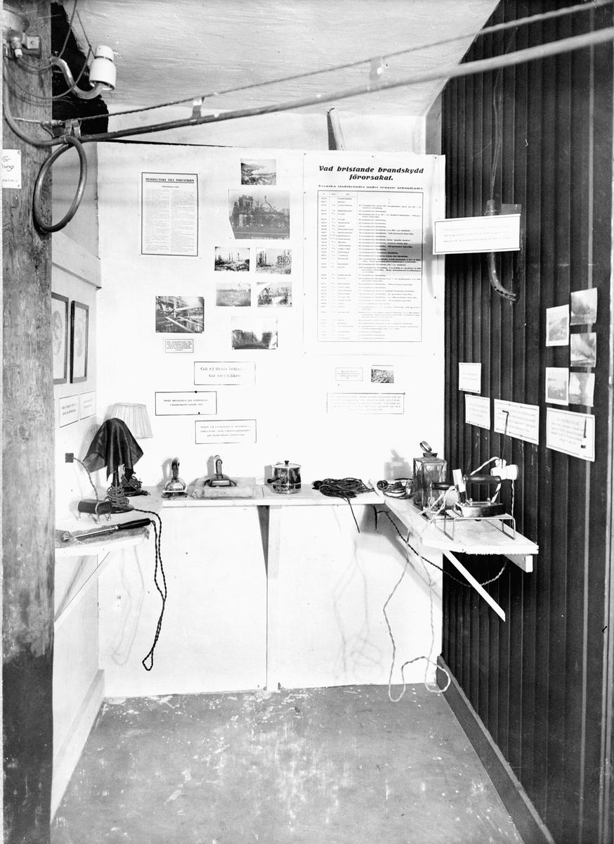 """""""Bygge och Bo"""" utställning på Liljevalchs konsthall 1925. """"Vad bristande brandskydd förorsakat"""". Svenska Brandskyddföreningens del av utställningen."""