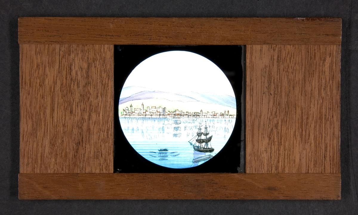 Handmålad bild på glas för skioptikon/laterna magica. Skepp invid hamnstad.