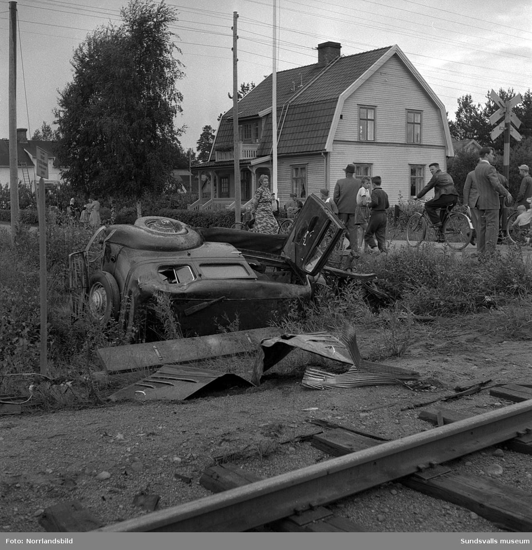 Krock mellan tåg och bil vid järnvägsövergången i Solbacka, Sörberge. På en av bilderna syns en villa vid Solbackavägen 39.